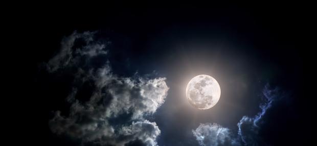 Kaj početi in čemu se izogibati med polno luno