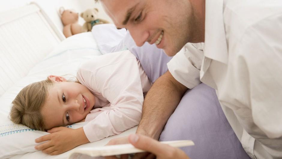 Branje pravljic je dejavnost, ki je ne smete izpustiti. (foto: Shutterstock)
