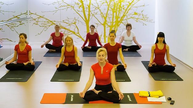 Uvodno sproščanje pred jogijsko vadbo (foto: Aleš Pavletič)