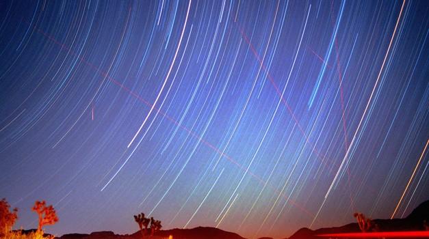 Zvezdni utrinki meteorskega dežja Perzej puščajo za seboj značilne dolge sledi. (foto: Profimedia)