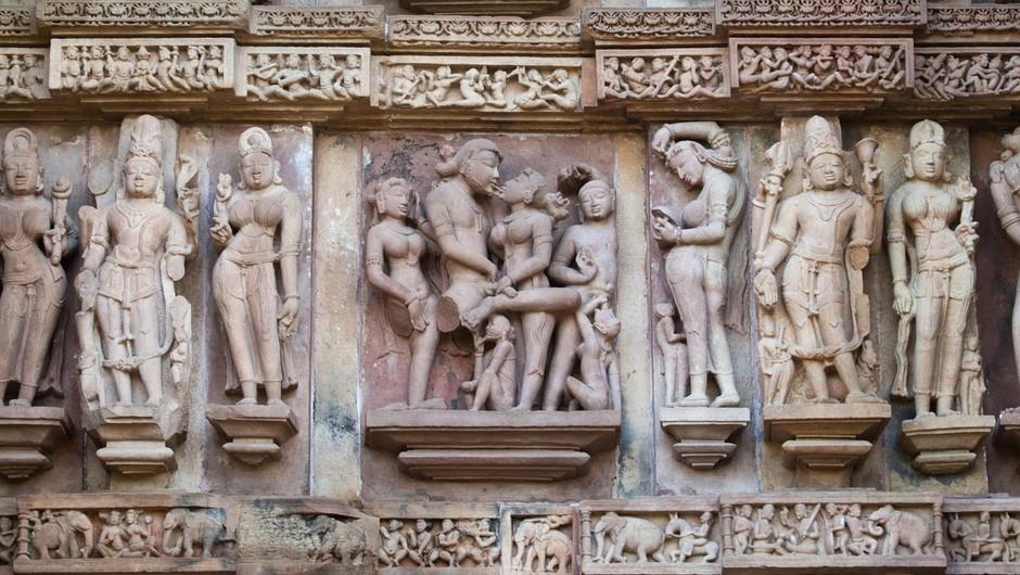 Khajuraho Madhya Pradesh tempelj v Indiji. Erotični tantrični tempelj. Občutki, ki se zbudijo ob pogledu na erotične figure, izklesane na svetem templju, človeku prinesejo utrinek razsvetljenja. (foto: Profimedia)