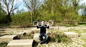Neverjetno žongliranje ustvari prečudovite optične iluzije