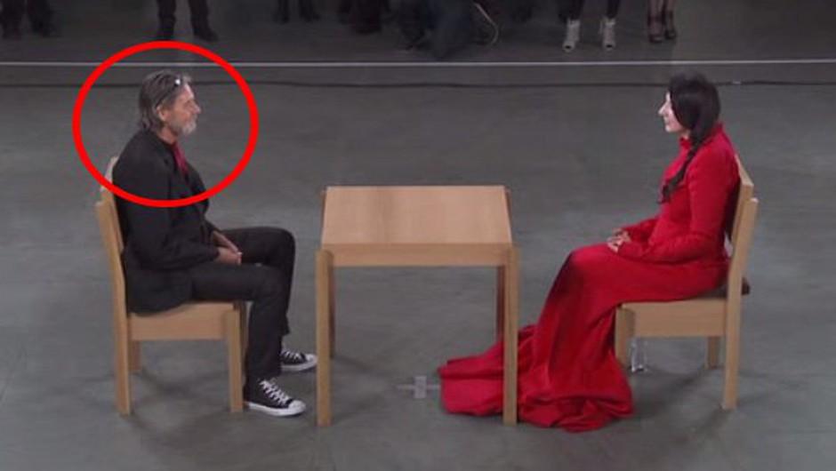 V minuti tišine je iz oči v oči sedela z mnogimi, potem pa se je pojavil ta moški! (foto: Thinking Humanity)
