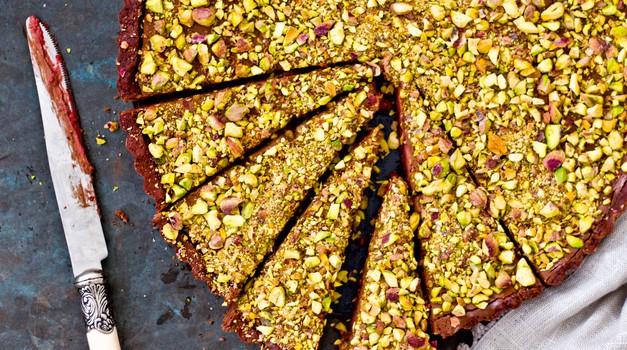 Zdrave sladice: Čokoladna mousse pita z malinami in pistacijami (foto: Barbarella)