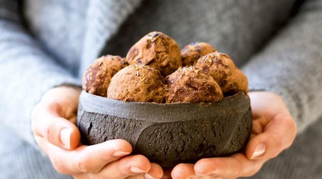 Zdrave sladice: Čokoladni in slivovi tartufi (foto: Barbarella)