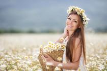 travnik-roze-marjetica-zenska-pomlad