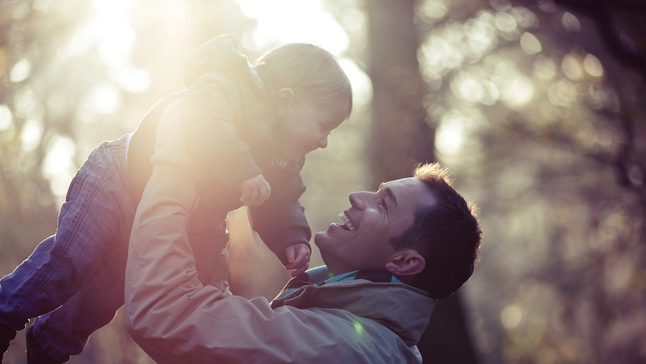 Razpetost očetov med družino in službo (foto: profimedia)
