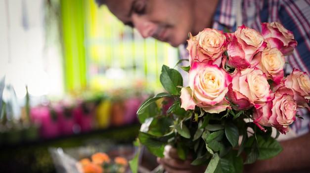 Zakaj svoji bivši še vedno nosi rože (foto: profimedia)