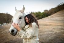 konj-zenska-dotik