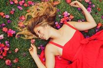 zenska-lepota-roze-travnik