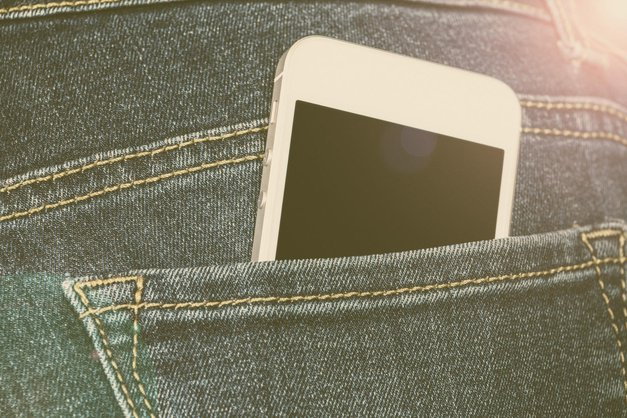 Nikar ne nosite telefona v žepu (foto: profimedia)