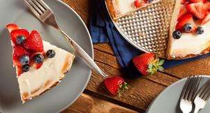 Recept: Slastna poletna torta z grškim jogurtom in sadjem (BREZ sladkorja in peke!)