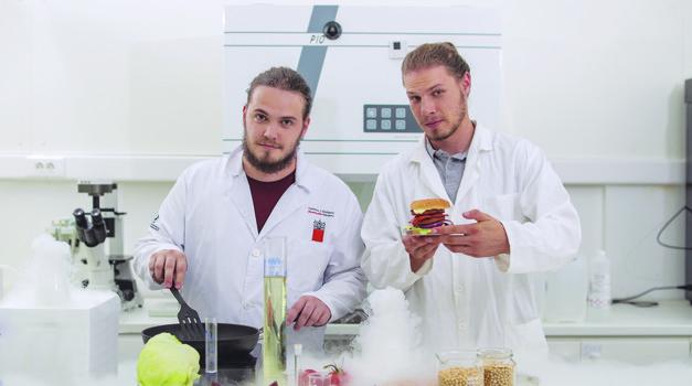 Mlada Slovenca sta razvila sočen rastlinski burger!