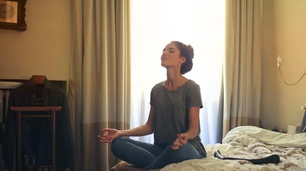 Na katero glasbo meditirati v času korone? (foto: Pexels)