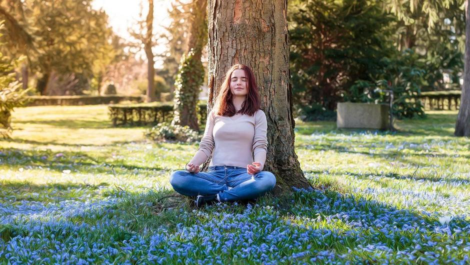 Samopomoč v času samoizolacije: dihalna vaja za dvig vibracije (foto: profimedia)