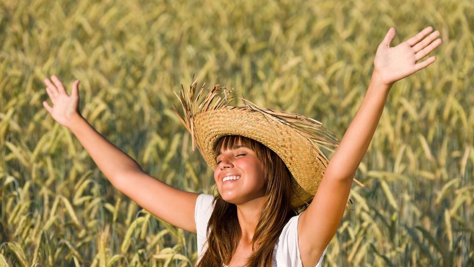 To je obvezna poletna oprema (koža vam bo hvaležna) (foto: Profimedia)