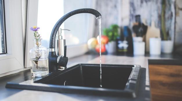 Voda iz pipe je brez energije
