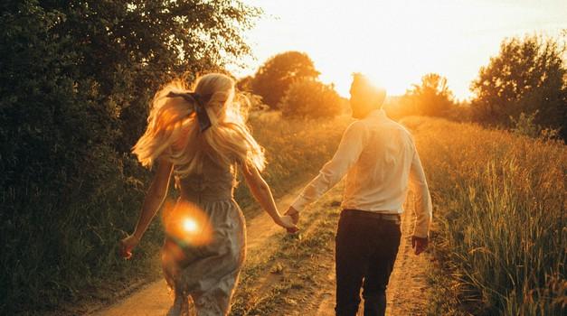 """""""Zdravo partnerstvo je, kadar moški stoji trdno na nogah in kadar je žena modra z rokami"""" (foto: pexels)"""