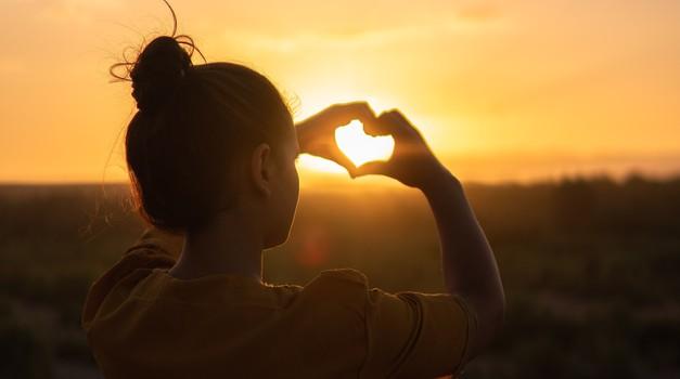 """Mati Terezija: """"Največja težava v svetu je lakota. Ne telesna, temveč srčna lakota."""" (foto: pexels)"""