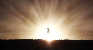 """""""Okoli mene je bila ena sama svetloba. Bila sem sredi vrtinca, ki me je z vso hitrostjo dvigal v nebo."""""""