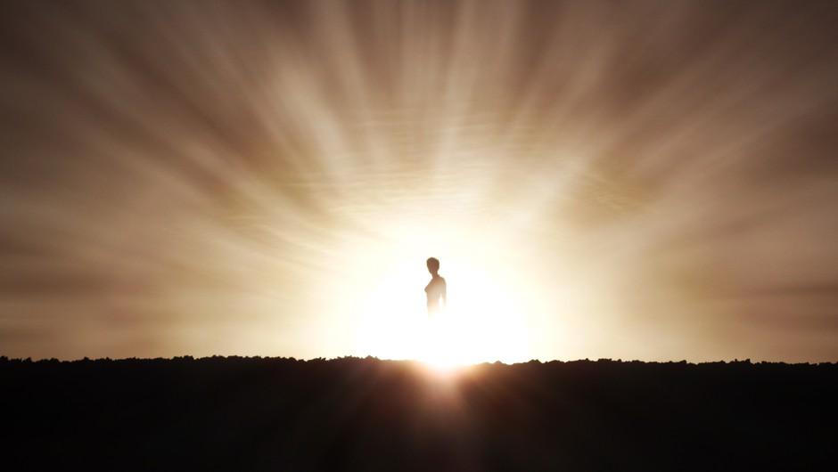 """""""Okoli mene je bila ena sama svetloba. Bila sem sredi vrtinca, ki me je z vso hitrostjo dvigal v nebo."""" (foto: shutterstock)"""
