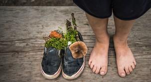 Dan bosih nog (za več stika z zemljo in številne druge zdravilne dobrobiti)