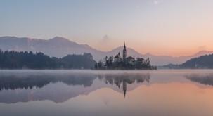 Kaj nas o življenju uči pripovedka o Blejskem jezeru